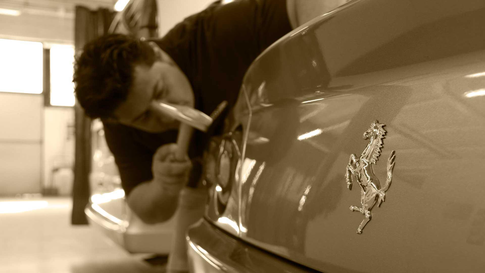 I titolari de La Ventosa al lavoro su una prestigiosa Ferrari