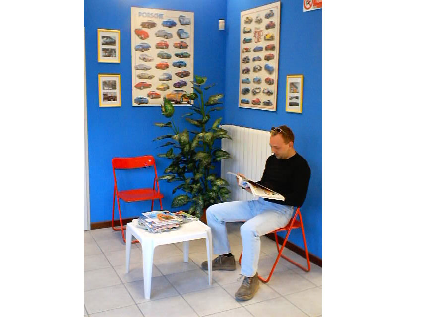 Un automobilista attende la riconsegna del suo veicolo nella nostra sala d'attesa